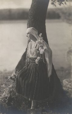 Regina Maria a României în costum popular - Queen Marie of Romania dressed in traditional costume Romanian Royal Family, Royal Beauty, Folk Embroidery, Noblesse, Queen Victoria, Eastern Europe, Old Photos, Royalty, Costumes