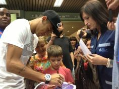 Site oficial de Neymar Neymar deixa Hospital de Barcelona e atende fãs, antes de sua apresentação no Camp Nou.