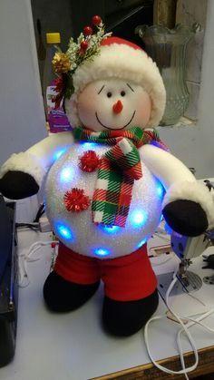 Bucaramanga en Santander Christmas Fabric, Christmas Snowman, Christmas Wreaths, Christmas Ornaments, Snowman Crafts, Diy And Crafts, Christmas Crafts, Christmas Centerpieces, Christmas Decorations