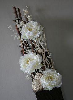 Aranžmá s krémovými pivoňkami v přírodním Floor Vase Decor, Vases Decor, Vase Arrangements, Tiny Flowers, Flower Frame, Flower Vases, Diy And Crafts, Christmas Decorations, Rose