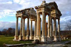 Aphrodisias, en Turquie Situé dans lesud-ouest de la Turquie, cebien comprend deux éléments : le site archéologique d'Aphrodisias et les carrières de marbre situées au nord-est de la ville. Le temple d'Aphrodite date du IIIe siècle avant notre ère. La c