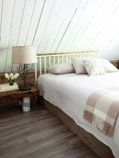 Quaint Country Bedroom White beadboard keeps this space bright. Horizontal, vertical and diagonal lines play off each other, creating harmony in this quiet cottage-style space. A nature-inspired bedside vignette features a rustic handcrafted table Bedroom Photos, Bedroom Images, White Beadboard, Attic Bedrooms, Eaves Bedroom, Upstairs Bedroom, Attic Spaces, Trendy Bedroom, White Bedroom