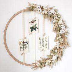 Un hula hoop con flores secas - tiene . Dried Flower Wreaths, Flower Garlands, Dried Flowers, Deco Floral, Arte Floral, Hula Hoop, Diy Earrings Easy, Deco Champetre, Fleurs Diy
