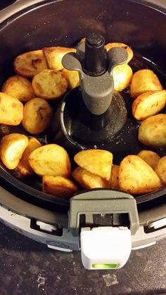actifry roast potatoes - BigSpud - Actifry - roast potatoes in tefal actifry – not as good as traditional roasties but quick, easy and heathy! Power Air Fryer Recipes, Air Fry Recipes, Air Fryer Recipes Easy, Roast Recipes, Healthy Recipes, Salad Recipes, Quick Roast Potatoes, Roasted Potatoes, Food Recipes