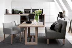 Møbler fra Slettvoll produseres av dyktige håndverkere på vestkysten av Norge. Kolleksjonen selges hos 19 Slettvoll-butikker i Norge og Sverige. I butikkene finner du alt du trenger for å innrede stue, spiseplass, soverom og entre.