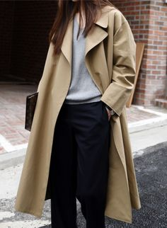 Capsule wardrobe must-haves. Camel trench an all purpose Spring, Autumn and Winter essential coat. Look Fashion, Street Fashion, Fashion Clothes, Fashion Outfits, Fashion Trends, Ladies Fashion, Fashion Ideas, Fashion Mode, Fall Fashion