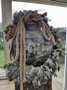 Column with pot and rope - Christmas Home, Christmas Wreaths, Outdoor Christmas Decorations, Holiday Decor, Sea Crafts, Rustic Home Design, Reception Areas, Nature Decor, Fall Diy