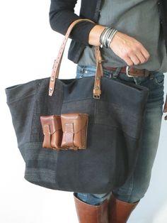 Dimensions:54cm de large par 34cm de hautFond rectangulaire de 25 x 30cmNombreux détails de découpes, surpiqures, et jeu de textures essentiellement en Chanvre.Teinté noirCartouchière double en cuirAnses de longueur 45cm ( sans compter le cuir à même le sac) qui font que l'on peut aisément le porter à l'épauleZip pour assurer la fermeture du sac 1 poche intérieureTémoins vivants de notre passé, les tissus anciens ne seront jamais des texti...