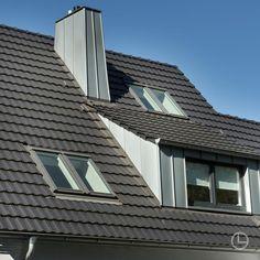 Unser Dachziegel-Designklassiker Rheinland Variabel zeigt sich in der Farbe Xenon-Grau von seiner modernen Seite. Construction Materials, Jun, Skyscraper, Multi Story Building, Deco, Home, Houses, Roof Tiles, Attic Conversion