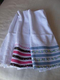 Panos artesanais com a técnica de croché, bainha e/ou aplicação ( viés de diversas cores e estampas) para presentear, como lembrancinhas de chá de panela entre outros eventos e como decoração.
