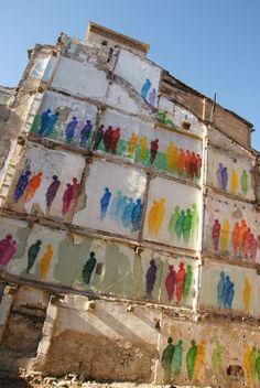 Instalação com grafite de 2012 do espanhol Suso 33, em Madri, apresenta um protesto contra os bombardeios frequentes do Estado de Israel contra o povo da Palestina na Faixa de Gaza. Veja também: http://semioticas1.blogspot.com.br/2015/03/a-imitacao-de-banksy.html