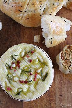 pečený syr, cesnak a domace chlebove placky