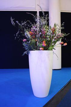 große Bodenvase mit Frühlingsblumen, vasefloor with flowers, springtime, fair Hamburg, showroom, #vase, #springflowers, #decoration, #stage