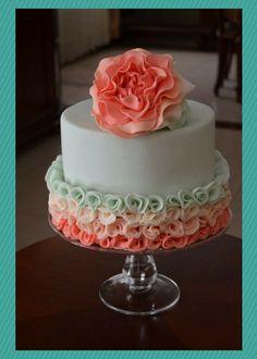 Para celebrar el cumpleaños de una mujer especial, Torta decorada en degrade coral.