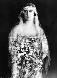 lady Isabel Bowes-Lyon, como dama del cortejo, de la princesa Royal Mary