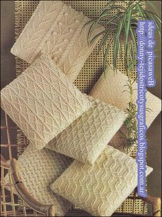 TEJIDOS A DOS AGUJAS - TRICOT= PATRONES= GRAFICOS=TODO GRATIS: ALMOHADONES TEJIDOS A DOS AGUJAS Crochet Pillows, Crochet Pillow Patterns Free, Knit Pillow, Crochet Home, Love Crochet, Crochet Yarn, Yarn Projects, Knitting Projects, Sewing Projects