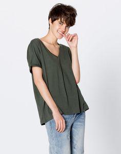 Μπλούζα basic με V γιακά - Μπλουζάκια - Ενδύματα - Γυναικεία - PULL&BEAR Ελλάδα