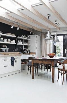 Balkenplafond uitbouw met lichtkoepels ertussen, maakt heeeeel licht! Doordat planken ipv bovenkastjes zijn gebruikt is keuken niet massief, maar eenvoudig.  Helemaal mijn stijl ;-)