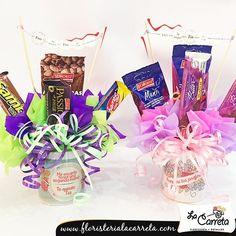 Nuestras bellas y dulces tazas son perfectas para sorprender a mamá, tía, abuelita... ¡Tenemos los más hermosos detalles para ti! También te ofrecemos  nuestras bellas tazas decoradas con nuestras coloridas flores, recuerda que nos puedes encontrar en la Calle 67 Cecilio Acosta Con Av 13, haz tus pedidos por whatsapp > 04146323242 < Pagas por transferencia <3 #LaCarreta #detalles #momentos #diadelasmadres #mama #chocolates #obsequios #colores #globos #flores #topiarios #rosas #florer... Candy Bouquet, Birthday Gifts, Scrapbooking, Pastel, Shop, Candy Arrangements, Decorations, Birthday Presents, Cake