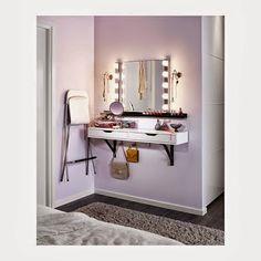 Totalmente creado con muebles de Ikea esta opción es muy practica para pisos pequeños donde no se dispone de espacio para un tocador. Quizás le añadiría una pequeña cajonera con ruedas para aumentar la capacidad de almacenaje, ya que disponemos de poco espacio para guardar nuestro maquillaje. De esta idea, me quedo con la repisa para cuadros, que nos sirve para colocar nuestros esmaltes y nos ayuda a despejar la superficie…