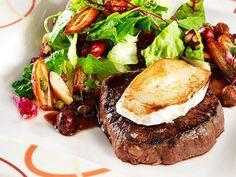 Tarjoile sisäfilepihvi lämmitetyn vuohenjuuston kera. Kunnon pihvi vaatii kaverikseen täyteläisen ja tanniinisen punaviinin. Steak, Food And Drink, Recipes, Recipies, Steaks, Ripped Recipes, Cooking Recipes, Medical Prescription