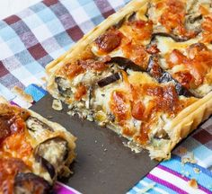Puff paste stuffed eggplant (aubergines) quiche, tart, eggplant, cheese, grated - can serve as a Tapas - (small bites) - appetizer Quiche Recipes, Vegetable Recipes, Vegetarian Recipes, Cooking Recipes, Healthy Recipes, Quiches, Tapas, Pizza Vegetariana, Mezze