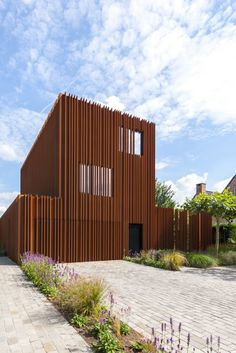 Eingangsbereich der Architektenvilla mit massiver Corten Stahl Front