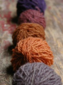 Oh boy, am I in trouble… one try and I am hooked. My first real session of dyeing with plants and it was pure magic! Some natural shetland yarn recycled from a jumper added into a dyebath mad…