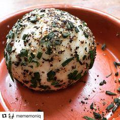 #Repost @mememoniq with @repostapp ・・・ Fromage de chèvre poivre ciboulette réalisé avec 1 l de lait de chèvre ;) #fromage #chevre #laitdechevre #cuisine #food #homemade #faitmaison N'hésitez pas à nous demander la recette, nous la publierons dans notre bloghttp://cuisine-meme-moniq.com