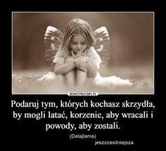 Podaruj tym, których kochasz skrzydła, by mogli latać, korzenie, aby wracali i powody, aby zostali.