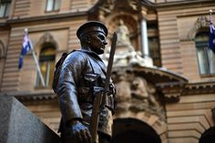 SYDNEY.- A soldier statue shines at the freshly restored Cenotaph, the venue for the Anzac Day dawn service at Martin Place in Sydney on April 24, 2015. Police vowed a heavy security presence as Australia prepares to honour its war dead at Anzac Day commemorations a week after an alleged terror plot was foiled. AFP PHOTO / Saeed KHAN