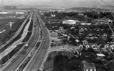 Avenida Brasil (Rio de Janeiro) - SkyscraperCity  No sentido Zona Oeste da avenida ainda havia áreas vazias. Foto: Arquivo/Agência O Globo.