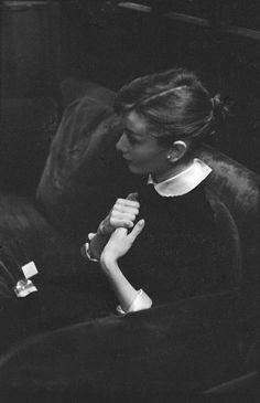 """Jo Coyne on Twitter: """"Audrey Hepburn Photography © Bernard Lipnitzki Hôtel Raphaël Paris 1956… """" Aubrey Hepburn, Audrey Hepburn Photos, Audrey Hepburn Style, Audrey Hepburn Wallpaper, Classic Hollywood, Old Hollywood, Hollywood Images, Retro, Actrices Hollywood"""