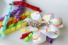 Make Curly Ribbon Hair Bows: reheat your oven to 275 degrees (F). Lay ribbon wrapped dowels on a foil lined baking sheet. Bake ribbon for 25 minutes. Remove from oven and cool completely. Ribbon Curls, Ribbon Hair Bows, Diy Hair Bows, How To Make Hair, How To Make Bows, Diy Hairstyles, Pretty Hairstyles, Rainbow Ribbon, Rainbow Loom Charms