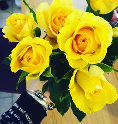 (Happy) coucou à tous! Quand tu vas récupérer tes courses au #carrefourdrive et qu'on t'offre des fleurs sans raison... Et bien ça fait plaisir et ca annonce une belle journée!❤️ . . #Happy #var #sud #draguignan #fleurs #flowers #jaune #yellow #picoftheday #plaisir #blogueusevaroise #blog #mardi #mooddujour