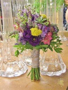 Bouquet con tonos morados y azules.  www.llorensyduran.eu/blog-decoracion-floral/articulos/una-boda-en-el-campo/