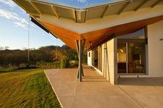 Diseño de Interiores & Arquitectura: Casa Construida En Madera Permite La Luz Natural En Los Espacios De Vida