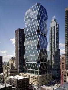 La Torre Hearst - el rascacielos más ecológico de Nueva York. Sus estrategias sostenibles, como los sistemas de eficiencia energética o materiales reciclados en más del 90% la han hecho merecedora del premio internacional Highrise o del certificado LEED de oro.