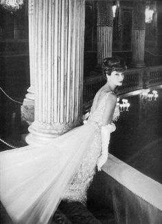 Marie-Hélène Arnaud wearing a gown by Jean Dessès 1957 Fashion D, Fifties Fashion, Vintage Fashion, Fifties Style, Vintage Style, Classic Fashion, Fashion Models, 50s Glamour, Vintage Glamour