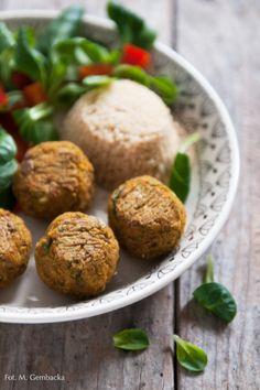 Pyszne i sycące klopsy z soczewicy, kaszy jaglanej i warzyw. Można je upiec w piekarniku lub delikatnie podsmażyć na patelni z niewielką ilością tłuszczu.