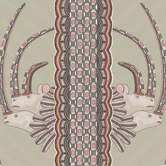 Papier peint Jabu de The Ardmore Collection de Cole and Son. Des têtes de rhinocéros avec des grandes cornes s'échappent d'une frise stylisée. Ambiance africaine pour ce papier peint.