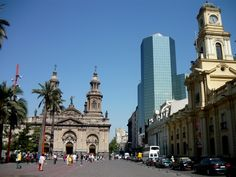 La Plaza de Armas es un lugar muy popular para los turistas. La plaza fue diseñada por Pedro de Gamboa en 1541 y ha sido un icono desde entonces. Algunos dicen que es como el corazón y el alma de Chile y puedo ver por qué.