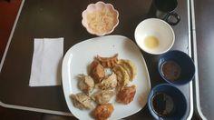 Blandade dumplings, glasnudelsallad, misusoppa, chilisås och soyasås. Med grönt té | Various dumplings, glass noodel sallad, misu soup, chilisause and soy sause. With green tea