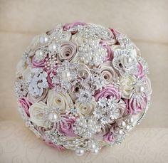 Buque com flores de tecido, broches em tom prata com pérolas. Acabamento em fita de cetim com guipir. Cores podem ser mudadas de acordo com vontade do cliente.