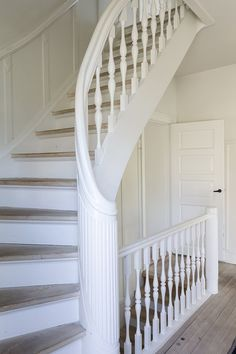 Staicase in Danish home.White surroundings invites for a lot of colourful pictures and frames. Concrete Stairs, Wooden Stairs, Steel Stairs, Apartment Goals, Floating Stairs, House Stairs, Staircase Design, Classic House, House Goals