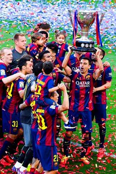 FC Barcelona players celebrate with La Liga trophy at the end of the La Liga match between FC Barcelona and RC Deportivo de la Coruna at Camp Nou on May 23 2015 in Barcelona Catalonia. Barcelona Futbol Club, Fc Barcelona Players, Lionel Messi Barcelona, Barcelona Team, Barcelona Football, Barcelona Catalonia, Camp Nou, Club Football, Best Football Team