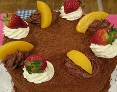 Torta de panadería con crema, duraznos y frutillas