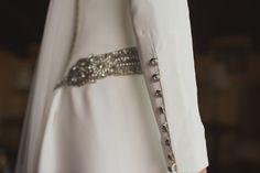 exquisitos los detalles de los botones joya en la manga larga del vestido de Sonia. Tendencia actual. Vestido en crepe de seda natural de atelier de alta costura Beatriz Alvaro. Vestidos de novia a medida.
