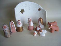 Crèche de Noël, santons (H : 8 cm) en terre cuite rouge, blanche, patine cuivrée