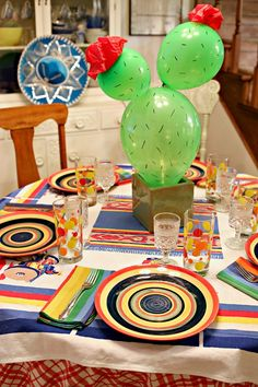 cena mexicana tablescape con centro de mesa con globos de cactus - hoyuelos y mexikanisches abendessen tablescape mit ballon - kaktus - mittelst ck - gr bchen und Mexican Theme Baby Shower, Mexican Fiesta Birthday Party, Fiesta Theme Party, Festa Party, Fiesta Party Centerpieces, Elmo Party, Mickey Party, Cactus Centerpiece, Mexican Centerpiece